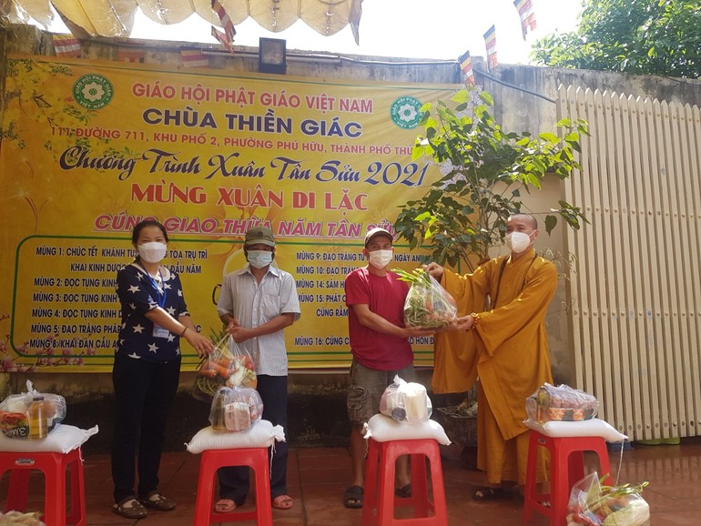 Chùa Thiền Giác tặng 300 suất quà đến người dân trên địa bàn