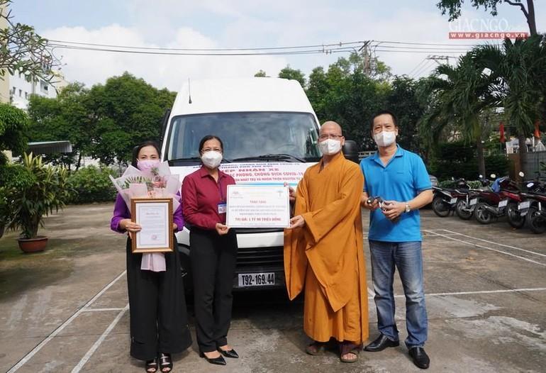 Đại đức trụ trì chùa Nam Thiên Nhất Trụ trao tặng xe tiêm vắc-xin lưu động cho TP.Thủ Đức