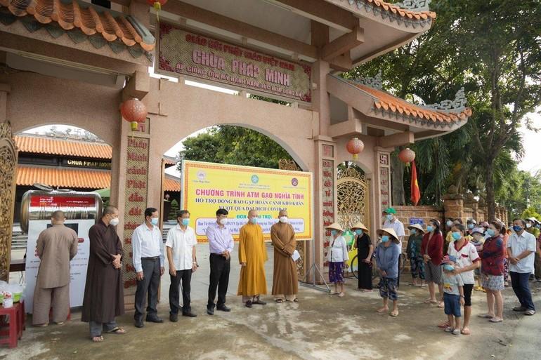 Ban Trị sự GHPGVN tỉnh Long An khai trương ATM gạo tại chùa Pháp Minh sáng 8-10 - Ảnh: Phùng Anh Quốc