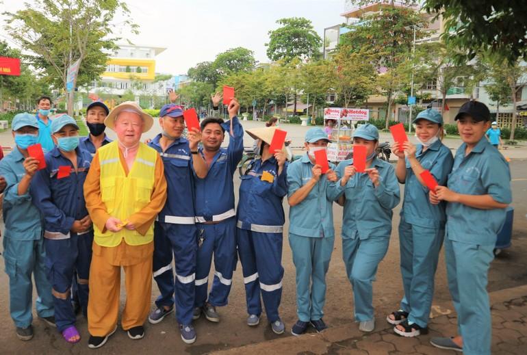Niềm vui của công nhân vệ sinh môi trường khi nhận được lì-xì của Thượng tọa Thích Duy Trấn