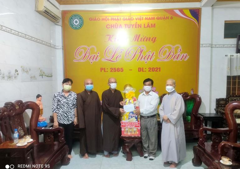 Ông Nguyễn Văn Lượng tặng quà chúc mừng Phật đản đến Ban Trị sự Phật giáo quận 6