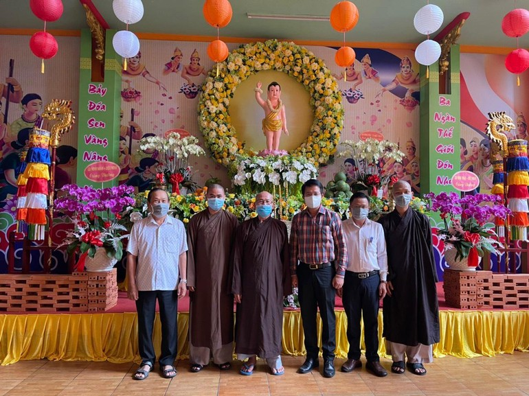Đoàn lãnh đạo quận 6 chúc mừng Đại lễ Phật đản tại Văn phòng Ban Trị sự Phật giáo quận - chùa Tuyền Lâm