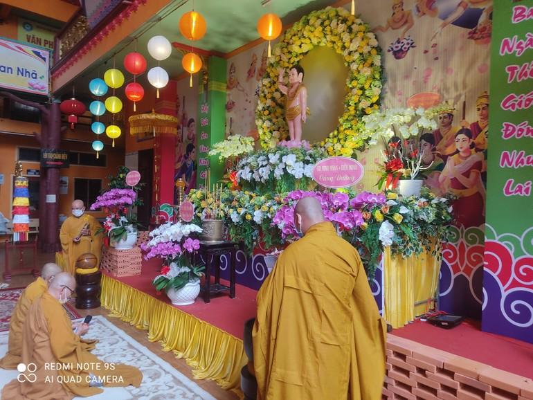 Chư tôn đức cử hành nghi thức Bạch Phật