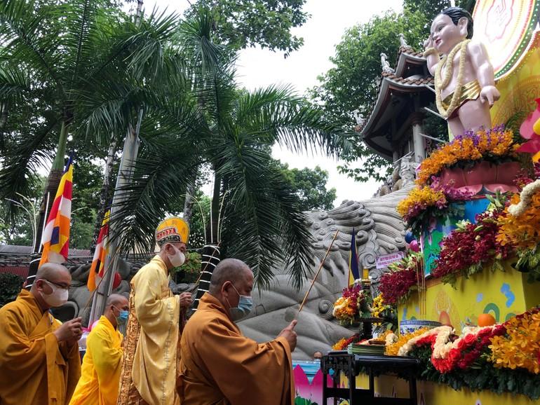 Chư tôn đức Phật giáo quận Tân Phú tụng sám Khánh đản