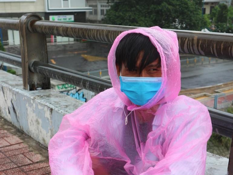 Hình ảnh anh Tính ngồi trên cầu Ông Lãnh, ánh mắt buồn xa xăm