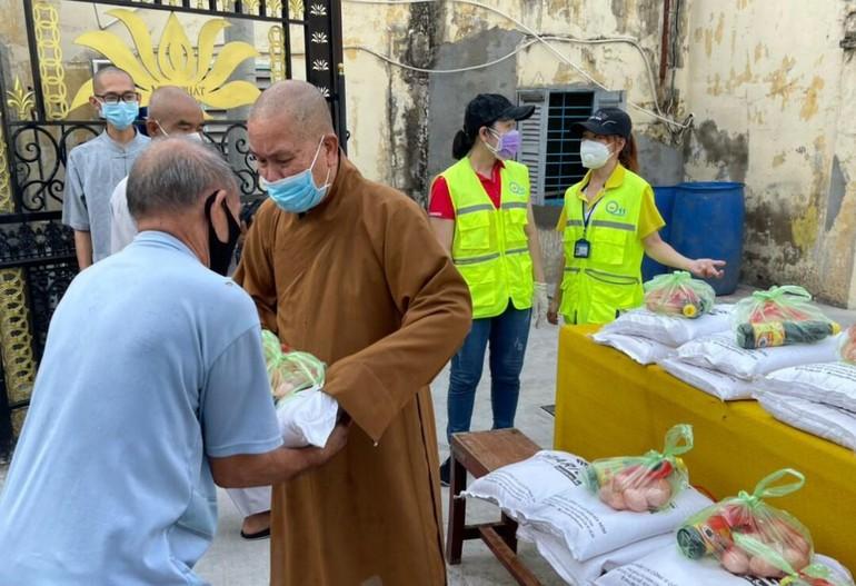 Hòa thượng Thích Thiện Ngộ tặng quà đến người dân có hoàn cảnh khó khăn trên địa bàn
