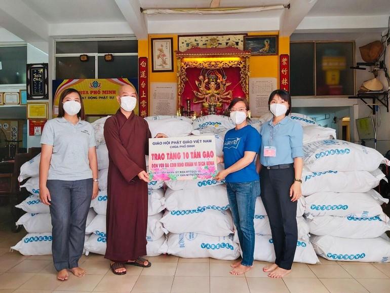 Chùa Phổ Minh trao tặng 10 tấn gạo đến Ủy ban MTTQVN quận 5 và Ủy ban MTTQVN phường 1, quận 5