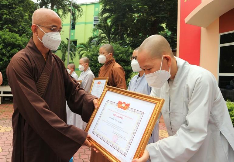 Thượng tọa Thích Thiện Quý đại diện Ban Trị sự GHPGVN TP.HCM trao Bằng khen, Bằng Tuyên dương công đức đến tình nguyện viên Phật giáo