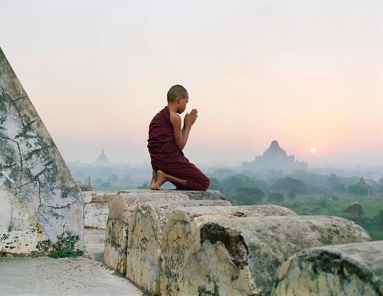 Một chú tiểu đang cầu nguyện tại Bagan, Myanmar