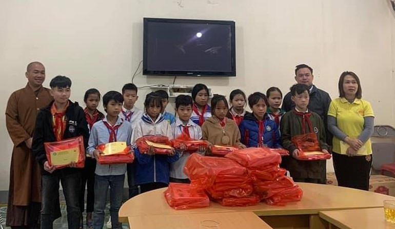 Các em học sinh nhận quà từ đoàn thiện nguyện