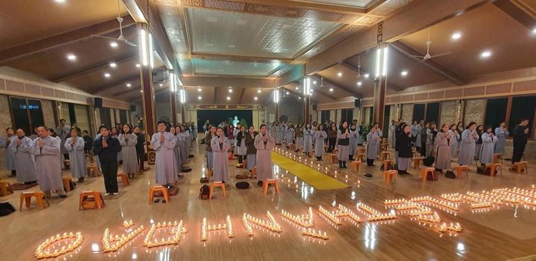 Đông đảo Phật tử ở chùa Đức Hậu thành kính mừng lễ Phật thành đạo