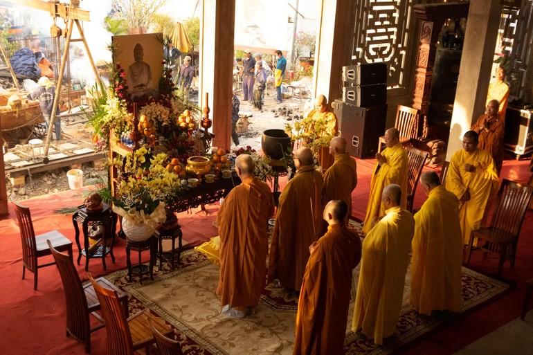 Chư tôn đức thực hiện nghi lễ bạch Phật, cầu nguyện