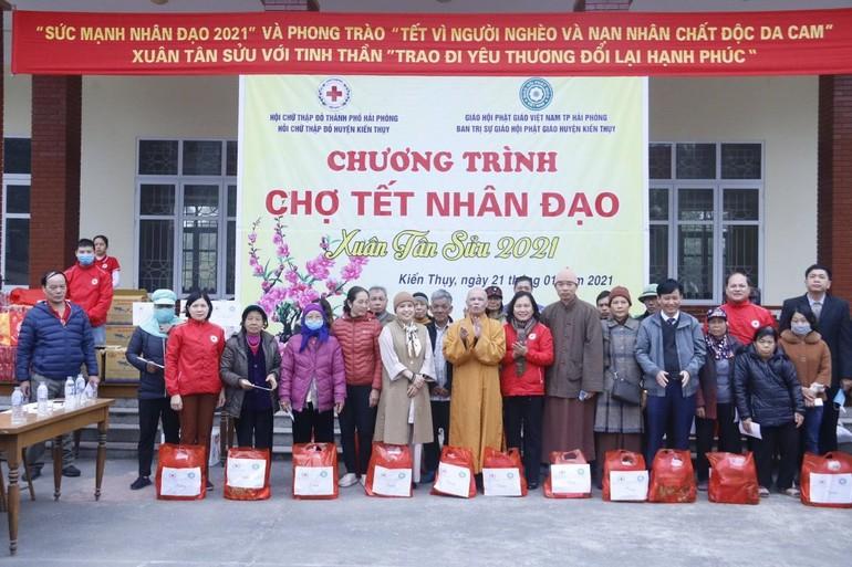 Chư tôn đức Ban Trị sự GHPGVN huyện Kiến Thụy trao quà cho đại diện một số gia đình có hoàn cảnh khó khăn trên địa bàn huyện
