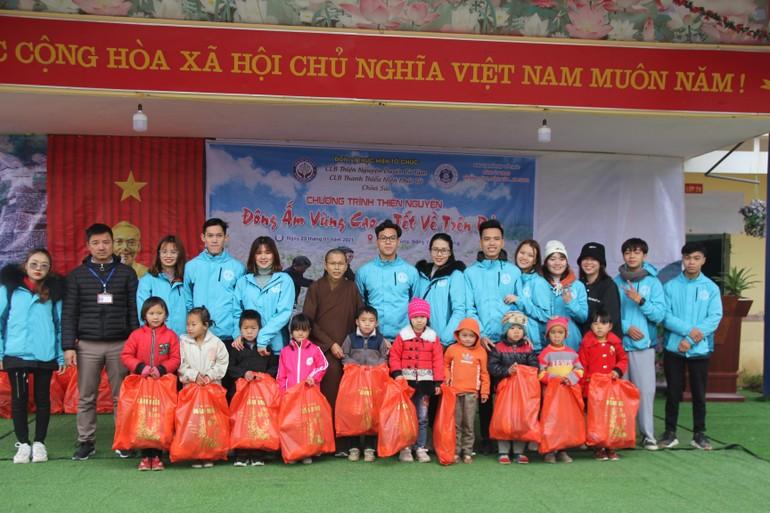 Các bạn thanh thiếu niên Phật tử chùa Sủi trao quà cho các em nhỏ ở Hà Giang