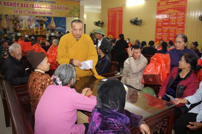Thượng tọa Thích Quảng Minh trao quà cho bà con nghèo ở huyện Tiên Lãng