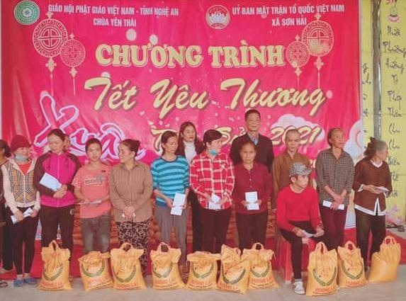 Bà con nghèo nhận quà tết tại chùa Yên Thái