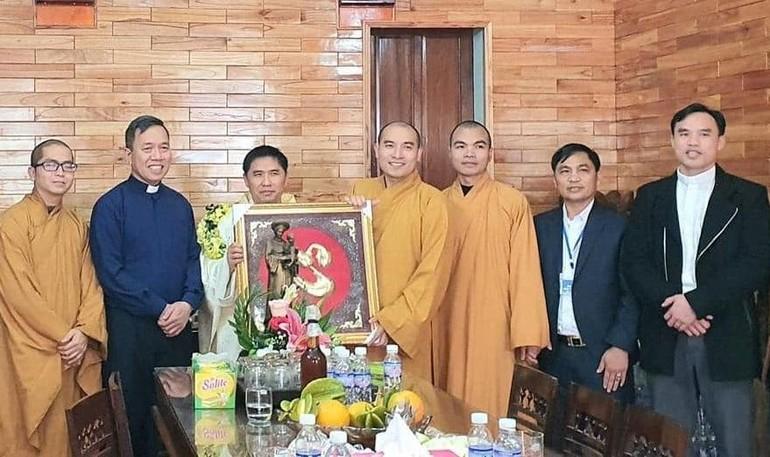 Đoàn Phật giáo huyện Yên Thành thăm và chúc tết Linh mục chánh xứ Lâm Xuyên