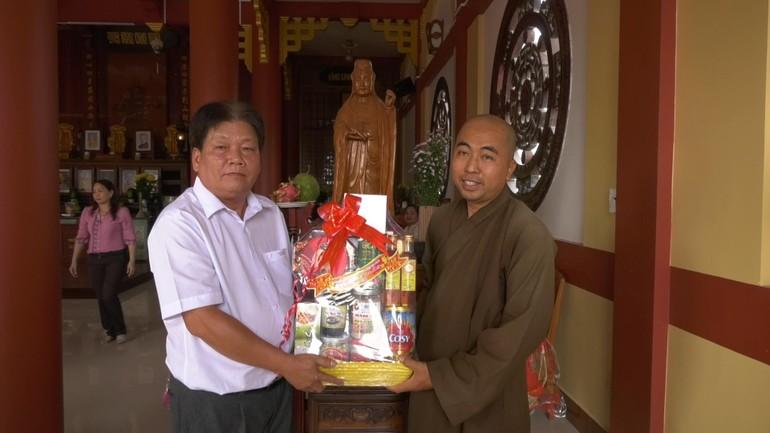 Ông Trương Văn Sơn, Phó Bí thư Thường trực huyện Tam Nông tặng quà tết tới chùa Phật Quang