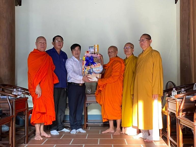 Ban Tôn giáo Chính phủ thăm và chúc tết chư tôn đức giáo phẩm tỉnh Sóc Trăng