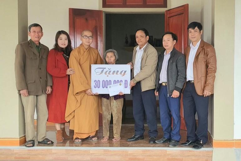 Chùa Chí Linh và chính quyền địa phương trao quà cho đại diện hộ gia đình