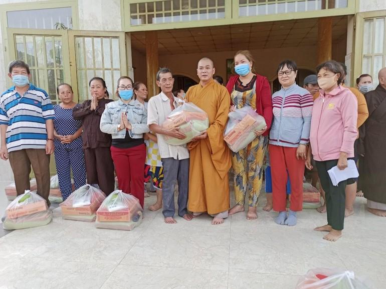 Đại đức Thích Lệ Lạc trao quà tết cho bà con nghèo