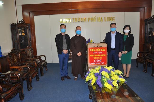 Đại đức Thích Tâm Tịnh - trụ trì chùa Tiêu Dao trao tặng 5.000 khẩu trang