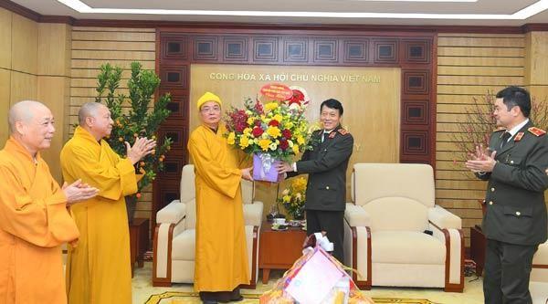 Hòa thượng Thích Thanh Nhiễu - Phó Chủ tịch Thường trực Hội đồng Trị sự GHPGVN tặng hoa chúc mừng Bộ Công an nhân dịp năm mới