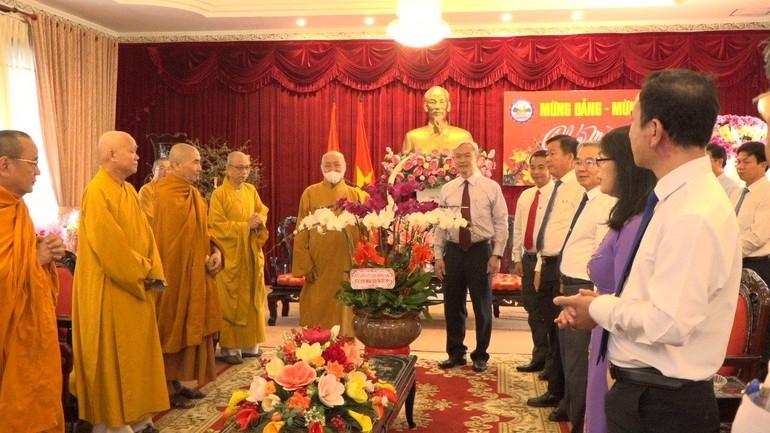 Thường trực Ban Trị sự GHPGVN tỉnh Đồng Nai tặng hoa chúc mừng năm mới lãnh đạo Tỉnh ủy và các ban ngành