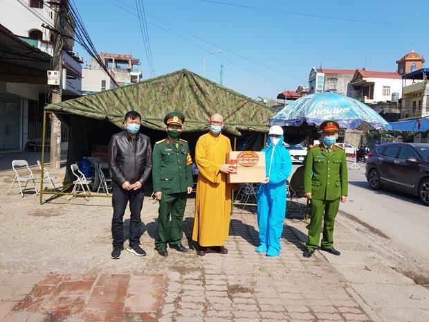 Thượng tọa Thích Nguyên Thành tặng quà Tết cho cán bộ, chiến sĩ tuyến đầu chống dịch Covid-19 ở tỉnh Thái Nguyên
