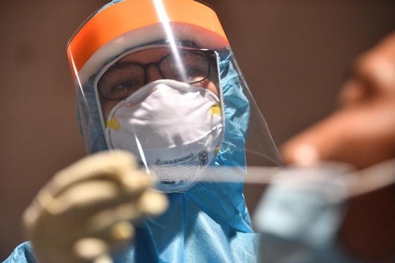 Nhân viên y tế lấy mẫu xét nghiệm. Ảnh: Duy Hiệu