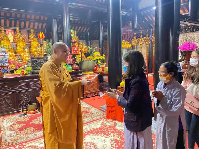 Phật tử về chùa Chí Linh (huyện Yên Thành ) lễ Phật và nhận lộc đầu năm