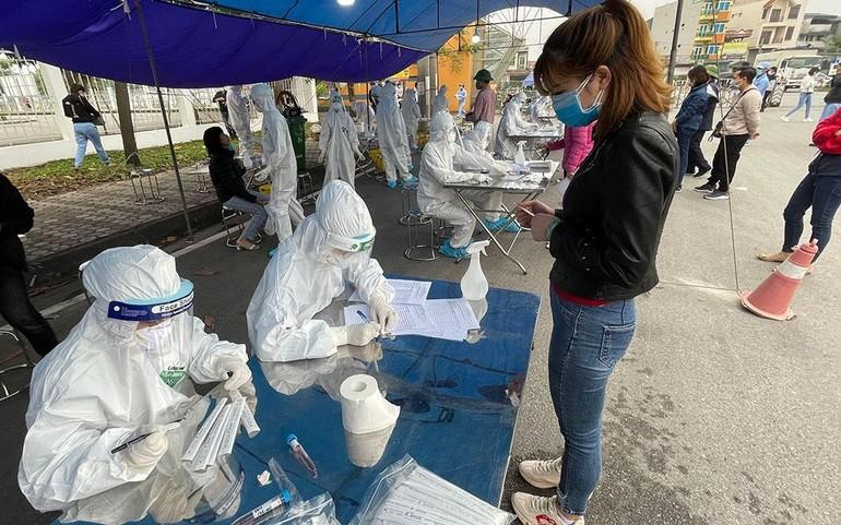 Cán bộ y tế lấy mẫu xét nghiệm SARS- CoV-2 ở Hải Dương