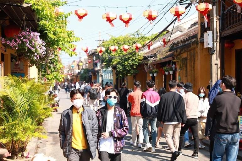 Những ngày Tết, tiết trời Hội An nắng ấm, thu hút khách tham quan. Ảnh chụp ngày 15-2 tại phố cổ. Ảnh: Duy Hậu