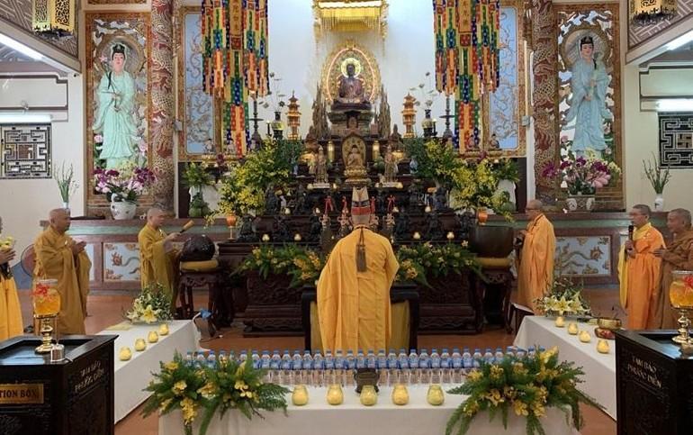 Hòa thượng Chứng minh niệm hương bạch Phật