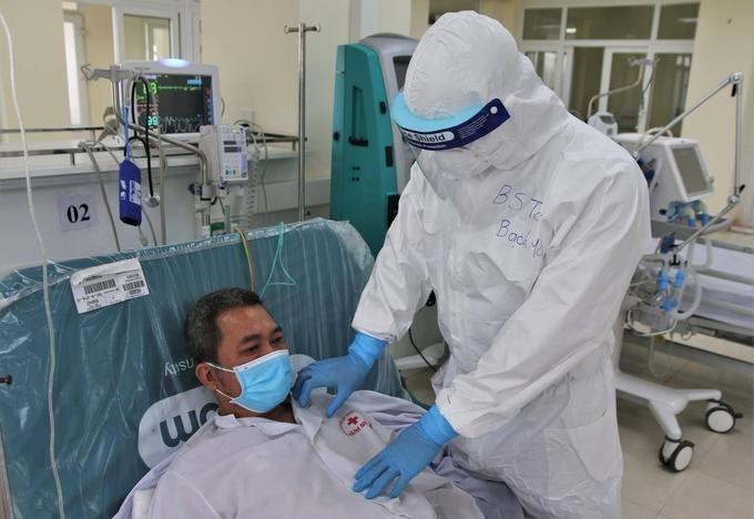 Bệnh nhân ở Hải Dương đang được bác sĩ thăm khám - Ảnh: Bộ Y tế