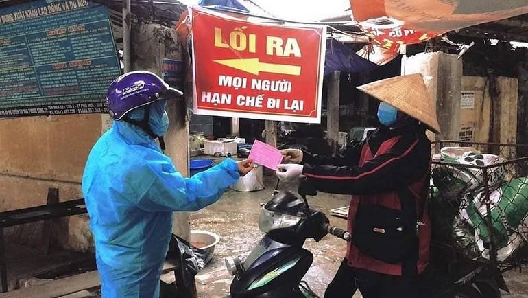 Phát phiếu đi chợ cho người dân Hải Dương. Ảnh: Bộ Y tế
