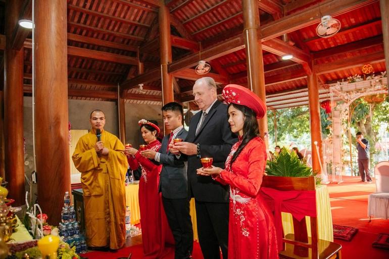Cô dâu chú rể thực hiện nghi lễ dâng hương, bạch Phật