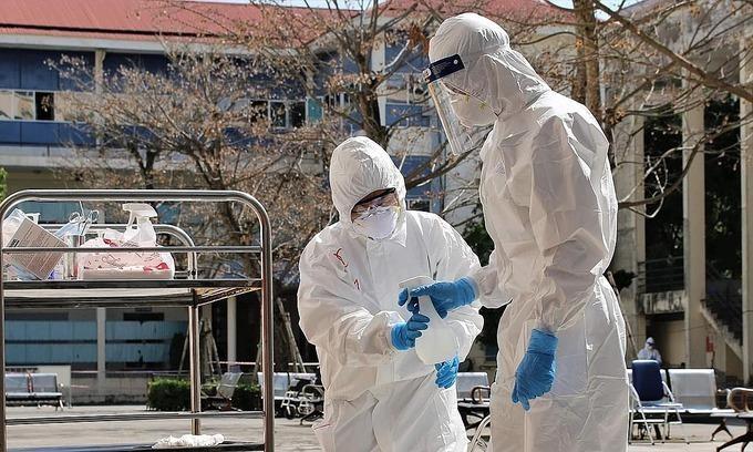 Nhân viên y tế kiểm soát nhiễm khuẩn ở Hải Dương. Ảnh: Bộ Y tế.