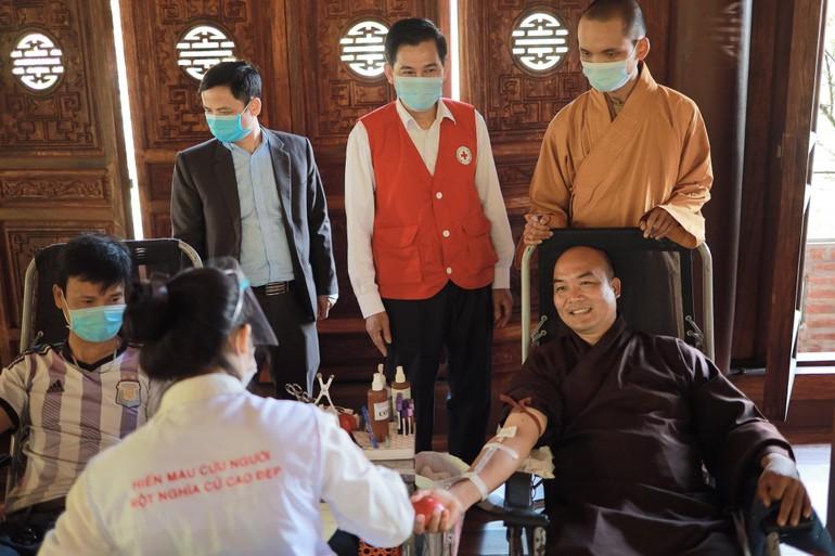 Chư Tăng của chùa tham gia hiến máu mở đầu chương trình - Ảnh: Đức An