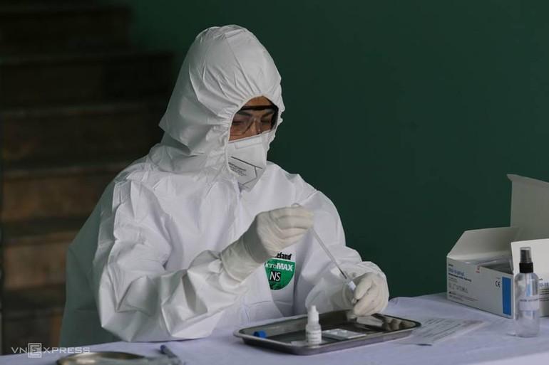 Xét nghiệm Covid-19 mẫu bệnh phẩm tại Hà Nội. Ảnh: Tất Định
