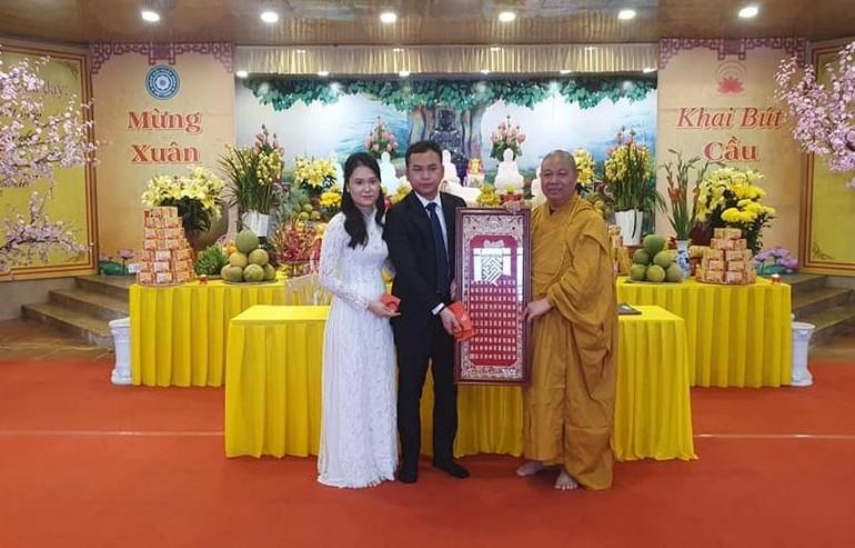 Thượng tọa Thích Thọ Lạc tặng quà lưu niệm, chúc phúc tới hai Phật tử