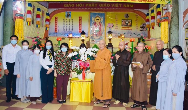Chủ tịch Ủy ban MTTQVN Tô Thị Bích Châu và phái đoàn thăm, chúc mừng phòng khám và chữa bệnh cho người nghèo tại chùa Vạn Thọ