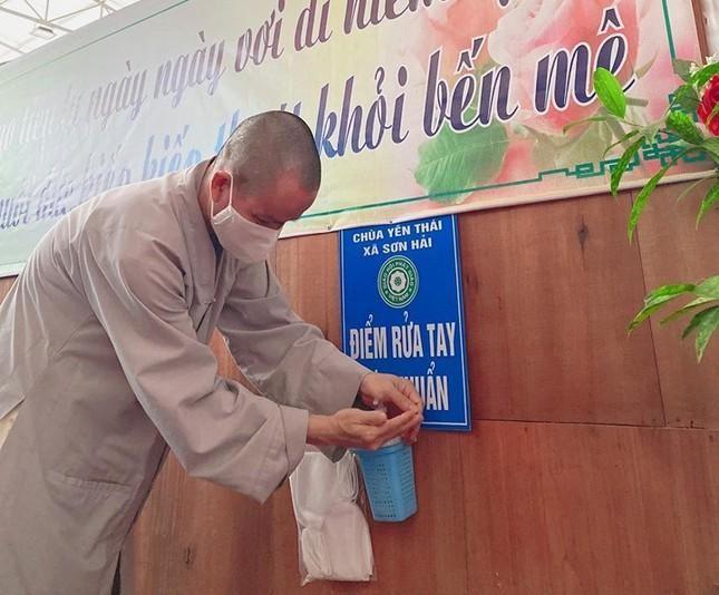 Chùa Yên Thái (Quỳnh Lưu) bố trí nhiều điểm rửa tay, sát khuẩn trong khuôn viên chùa