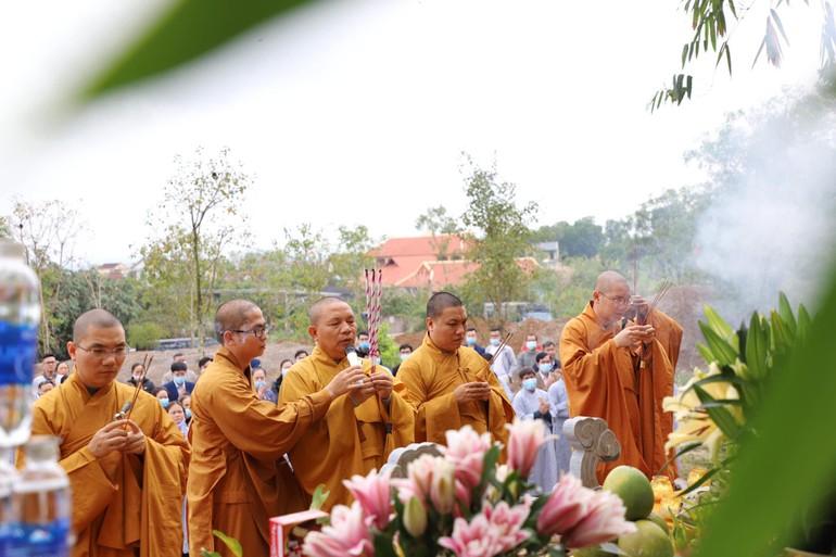 Chư tôn đức Tăng niêm hương bạch Phật