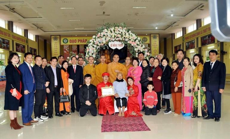 Cô dâu chú rể chụp ảnh lưu niệm với chư Tăng chùa Chí Linh và bà con hai họ