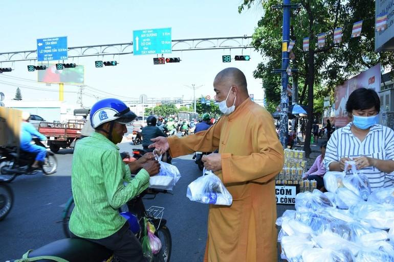 Thượng tọa Thích Thiện Ngọc tặng suất cơm chay cho người nghèo, cơ nhỡ