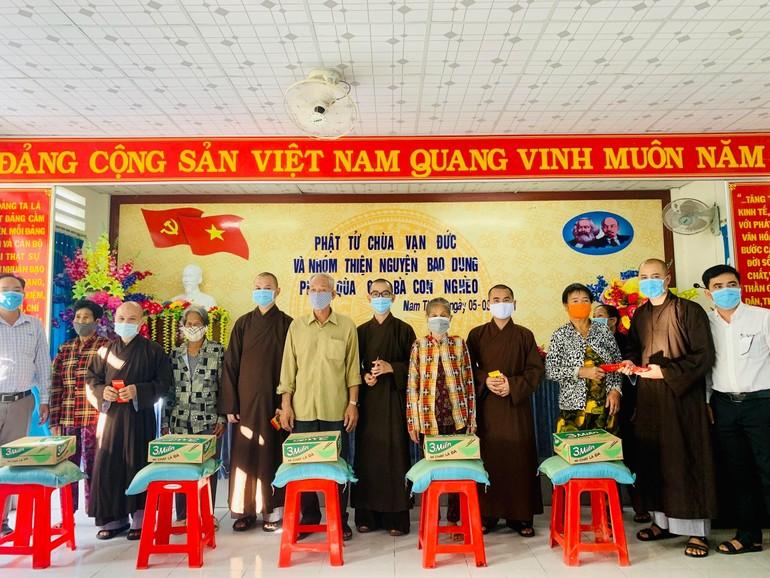 Chư Tăng tặng quà đến bà con nghèo ở xã Nam Thái A, huyện An Biên, tỉnh Kiên Giang