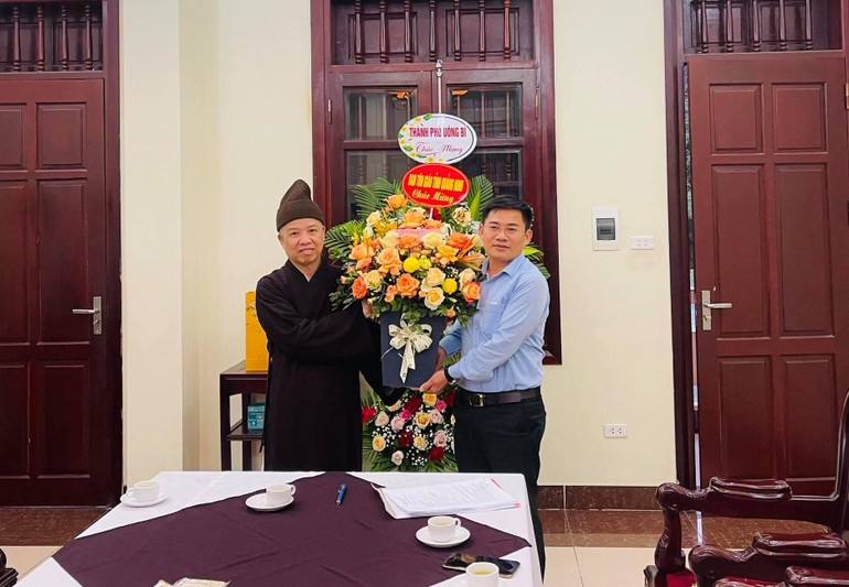 Ông Nguyễn Đăng Kiên, Trưởng ban Tôn giáo tỉnh tặng hoa chúc mừng tới Hòa thượng Thích Thanh Quyết