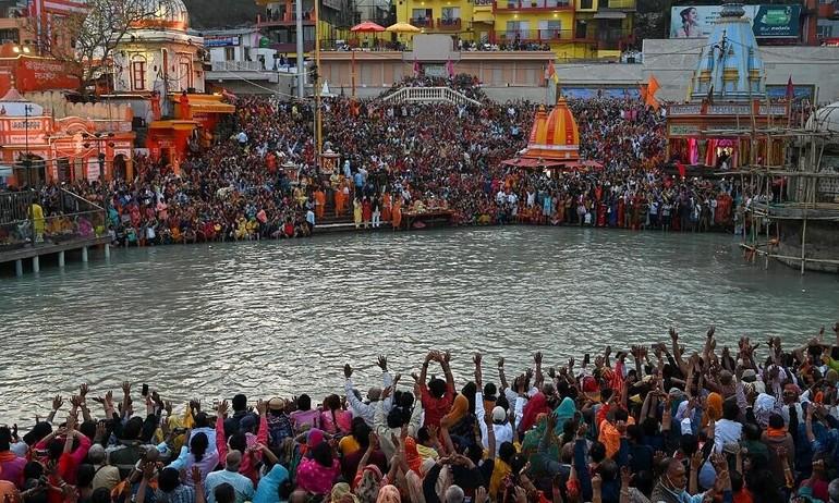 Người Ấn chen kín sông Hằng để ngâm mình trong dòng nước thiêng