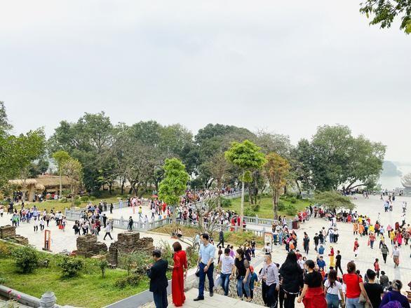 Hàng vạn người viếng chùa Tam Chúc ngày 14-3